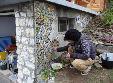 Jugendliche gestalten Mosaik