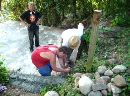 Jugendliche helfen beim Fundament fürs Pavillion